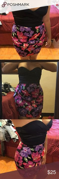 Short cocktail dress This dress is perfect for date night. Has lots of fun colors and looks sexy on the right figure! Get it now or bundle and SAVE!✅ *only worn twice and still in great condition! Dresses Mini