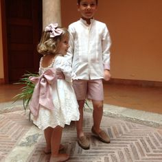 A touch of pink! A touch of pink! Un abito (noto a. Pippas Wedding, Wedding With Kids, Wedding Dresses, Toddler Girl Outfits, Toddler Fashion, Kids Fashion, Girls Special Occasion Dresses, Kids Suits, Flower Girl Hairstyles