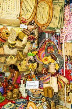 Querendo comprar alguma lembrancinha de Maceió antes de ir embora? Então dê uma chegada na Feira de Artesanato de Pajuçara. Toda a riqueza do artesanato da região é encontrada aqui.  Veja dicas: http://www.guiaviagensbrasil.com/blog/guia-completo-de-maceio/
