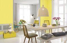 Szare wnętrza to trend, który nie wychodzi z mody. Teraz do szarości dołącza kolor żółty. Te dwa odcienie stanowią bardzo nowoczesne zestawienie. Taki duet barw wniesie odrobinę wyrafinowanie do salonu, kuchni czy sypialni.