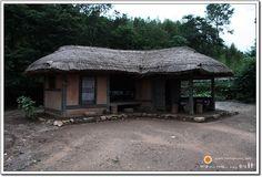 태양 아래 사람이 머무는 풍경 :: 낙안읍성에서 초가집 이미지를 찍다. Korean Art, Japanese House, Traditional House, Art And Architecture, South Korea, Gazebo, Woods, Folk, Frames