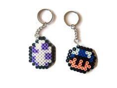 Llavero con beads. Llavero hama beads. Llavero pixels. Llavero seta Mario Bross (azul, roja, verde). Llavero huevo yoshi de Mario Bross. de ElTallerdeRuna en Etsy