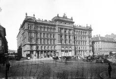Vörösmarty (Gizella) tér a Deák Ferenc utca felől nézve. Szemben a Haas-palota és tőle jobbra a Szálloda a Magyar királyhoz. A felvétel 1894 körül készült.