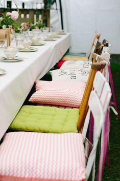 Stuhldekoration Hochzeit #gartenhochzeit -  Bunte Boho Gartenhochzeit mit viel Liebe von Theresa Povilonis | Hochzeitsblog - The Little Wedding Corner