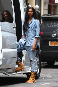 The singer Ciara, in total denim look, leaves her hotel in New York. May 2015 Source Mode Timberland, Outfit Timberland, Timberlands, Mode Outfits, Casual Outfits, Fashion Outfits, Fashion Tips, Chill Outfits, Mode Old School