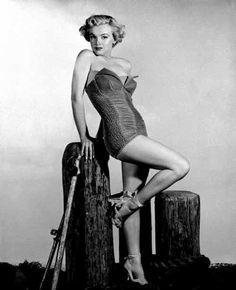 Marilyn+Monroe+++velvet+bathing+suit.jpg (500×616)