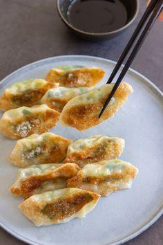 Gyoza's met garnalen - Jenny Alvares Tapas Recipes, Asian Recipes, Vegetarian Recipes, Snack Recipes, Cooking Recipes, Healthy Recipes, Healthy Food, Healthy Slow Cooker, Snacks Für Party