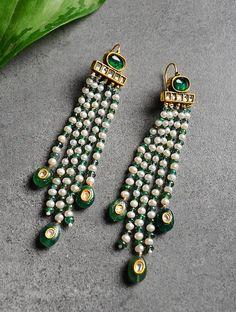 Emerald and Pearl Polki Gold Earrings Indian Jewelry Earrings, Jewelry Design Earrings, Gold Earrings Designs, Emerald Jewelry, Gold Jewellery Design, Bead Jewellery, Antique Earrings, Beaded Jewelry, Jewelery