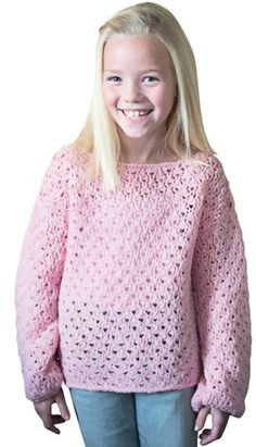 Den fine pigesweater er dejligt lun, men samtidig giver hulmønstret en dejlig luftighed.