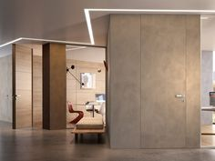 Hinged flush-fitting door with concealed hinges