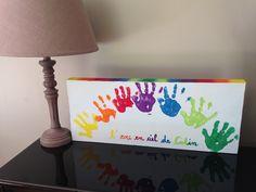 Déco DIY Tableau peinture empreintes de mains en arc en ciel sur toile à peindre. Très facile à faire avec son enfant