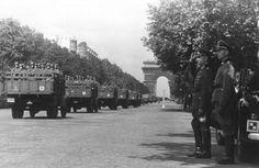 """1942, France, Paris, Défilé de la Wehrmacht sur les Champs-Élysées. Ici, des LKWs transport de troupes de la SS-Leibstandarte """"Adolf Hitler"""" 2/3"""