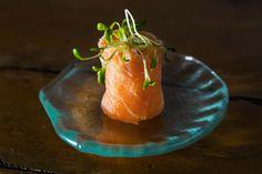 Enroladinho de salmão defumando, cream cheese e ervas| Menu Geribá [ Arte Búzios Gastronomia ]