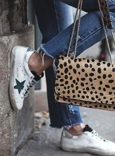 Imprimé léopard réussi + baskets blanches = le bon mix (photo Les Babioles de Zoé)