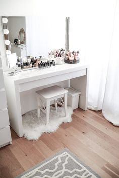 My dressing table - in a trendy marble look! - # announced .- Mein Schminktisch – Im angesagten Marmor-Look! – My dressing table – in a trendy marble look! Rangement Makeup, Vanity Room, Vanity Mirrors, Tumblr Rooms, Makeup Rooms, Ikea Makeup, Makeup Table Ikea, Diy Makeup Vanity Table, White Makeup Vanity