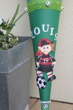 *Schultüte im Fussball-Design mit dem Namen des Schulkindes und Trikot in der Wunschfarbe*  Mit dieser coolen Fußball Schultüte wird die Einschulung ein ganz besonderes Erlebnis.     Die...