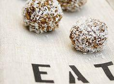 """Non esiste un bambino in Svezia che non sappia cosa sia una palla al cioccolato o """"Chokladbollar"""" in svedese. Il motivo per cui è così popolare questo dessert presso i più piccoli è che non comporta l'utilizzo di coltelli o di calore. Basta mescolare tutti gli ingredienti e il tutto si può mangiare subito dopo. Quale bambino non vorrebbe un dolce del genere?  Le palline di cioccolato non piacciono solo ai bambini, ma anche agli adulti. Esse, di solito, vanno avvolte in scaglie di cocco, ma…"""