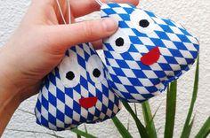 """Baby-Pou    Schlüsselanhänger,Taschenanhänger    """"bayerisch""""       ♥♥♥♥♥    als kleines Mitbringsel für Spielsüchtige ♥♥♥♥  super nettes Gesschenk für"""
