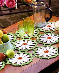 tejidos artesanales en crochet: centro de mesa con margaritas tejidas en crochet