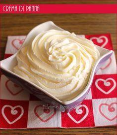 La crema di panna è meno delicata e più resistente della panna montata, anche se il gusto è simile. Si utilizza per farcire torte, rotoli o per decorare.