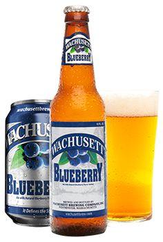 Cerveja Wachusett Blueberry Ale, estilo Fruit Beer, produzida por Wachusett Brewing, Estados Unidos. 4.5% ABV de álcool.