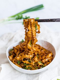 Spicy Szechuan Noodles with Garlic Chili Oil - - Spicy Szechuan noodles with garlic chili oil ready in 15 minutes! Spicy, garlicky Szechuan chili oil noodles made with Lao Gan Ma chili crisp & fresh herbs. Vegetarian Recipes, Cooking Recipes, Healthy Recipes, Vegan Noodles Recipes, Chinese Food Recipes, Asian Dinner Recipes, Vegetarian Breakfast, Thai Recipes, Kitchen Recipes