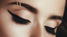 One of the most read beauty posts on Fab Fashion Fix is the - How to apply eyeliner tutorial. Because the winged eyes are classic and timeless make-up All Things Beauty, Beauty Make Up, Hair Beauty, Kiss Makeup, Eye Makeup, Hair Makeup, Makeup Goals, Makeup Tips, Makeup Style