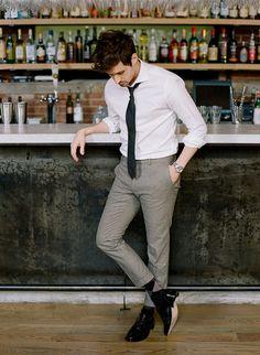 Exemplo de como uma gravata pode dar um toque especial no esporte fino básico.