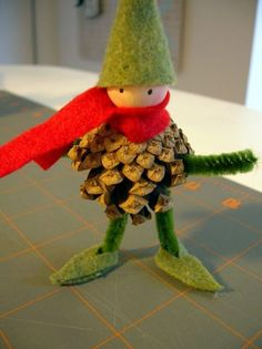 Crafting with pine cones - 62 unusual craft ideas for autumn and winter - Basteln - Weihnachten Kids Crafts, Creative Crafts, Felt Crafts, Diy And Crafts, Felt Diy, Pine Cone Crafts For Kids, Wooden Crafts, Christmas Projects, Holiday Crafts