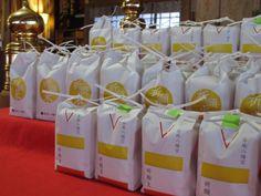 【餅つき大会】御田植から始まり、一連の稲作行事に参加・ご奉仕いただいた皆様に写真の新穀が配られました。