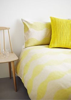 Breng het zonnetje in je slaapkamer. Gele Bedekking,en een groot bed!