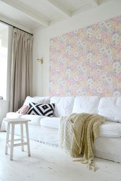Leuk idee, mdf platen behangen en op je granol muur schroeven.
