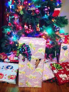 La creatividad y las ganas de molestar jamás descansan. Ni la Navidad les impidió a estas personas burlarse de su familia y divertirse a sus espaldas, ellos llevaron más allá sus envolturas de regalo, y éste fue el divertidísimo resultado. ¿Qué harías si te hicieran esto? xD 1. Le di a mi papá un par …