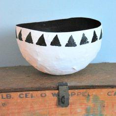 Make a classy paper mache bowl. Paper Mache Projects, Paper Mache Crafts, Diy Projects, Paper Mache Bowls, Paper Bowls, Paper Clay, Diy Paper, Victorian Dollhouse, Modern Dollhouse