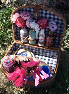 clásica cesta de picnic con flores
