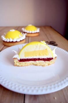Lemon mousse dome tart, creamy lemon insert and raspberry compote Fancy Desserts, Sweet Desserts, No Bake Desserts, Sweet Recipes, Dessert Recipes, Cheesecake Mousse Recipe, Cheesecake Recipes, Patisserie Fine, Gravity Cake