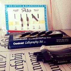 #CALLIGRAPHY | Als ondernemer moet je jezelf blijven onderscheiden van de grijze massa. Dit kan door een goede specialisme te ontwikkelen.   Thee & Typografie gaat daarom een cursus 'calligraphy' volgen om zich nog sterker te ontwikkelen op typografie gebied en om de mooie ambacht in stand te houden!  #tentypografie #Thee&Typografie #Grafischontwerp #Grafisch #grafischontwerper #grafischontwerpster #Vlissingen #Middelburg #Zeeland #Ontwerpbureau #reclamebureau #reclame