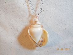 Pendant Wire wrapped shell with two pearls Ocean Jewelry, Seashell Jewelry, Seashell Necklace, Shell Necklaces, Sea Glass Jewelry, Wire Jewelry, Pendant Jewelry, Jewelry Crafts, Jewelry Art