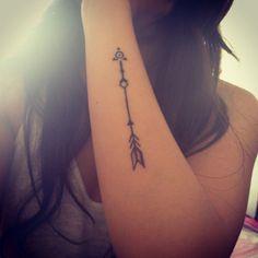 tatuagem no braço de flecha
