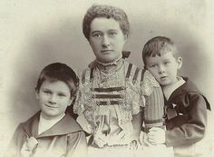 CABINET PHOTO VICTORIAN MOTHER IN FANCY DRESS W/ 2 HAPPY YOUNG CHILDREN
