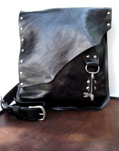 Besace en cuir noir avec Antique Skeleton Key - grande sur commande - Rocker motard Steampunk Goth