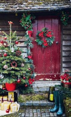 cool 58 Stylish Winter Decoration Ideas for Your Front Door  https://decoralink.com/2018/01/04/58-stylish-winter-decoration-ideas-front-door/