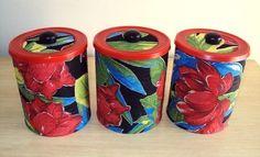 Kit 3 latas... pintadas, decoradas com tecido de chita e envernizadas.  Podem ser usadas para decorar diversos ambientes. R$ 35,00