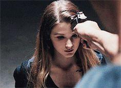 Je n'ai jamais compris pourquoi la personne qu'il devait tuer ressemblait comme deux gouttes d'eau à Tris... Peut être que c'est un peu comme dans le troisième livre où il doit regarder Tris mourir sans pouvoir rien faire...