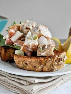 such an easy, healthy lunch! Greek Grilled Chicken Salad I howsweeteats.com