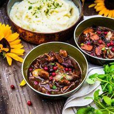 Älggryta med kantareller, plommon, lingon och potatismos Venison, Stew, Curry, Cooking, Ethnic Recipes, Om, Crafts, Eat, Deer Steak