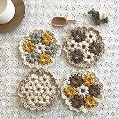 Exemples intérieurs tels que entrée / entrée / tapis de pot / fleur molly / fil de coton / tricot . Puff Stitch Crochet, Crochet Diy, Crochet Square Patterns, Modern Crochet, Crochet Flower Patterns, Crochet Squares, Love Crochet, Crochet Gifts, Crochet Designs