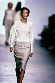 Klein Collection Spring 1999 Ready-to-Wear Fashion Show See the complete Calvin Klein Spring 1999 collection and 9 more Calvin Klein shows from the the complete Calvin Klein Spring 1999 collection and 9 more Calvin Klein shows from the Women's Fashion Dresses, 90s Fashion, Runway Fashion, Vintage Fashion, Womens Fashion, Fashion Hats, Fashion Spring, Minimal Fashion, Timeless Fashion