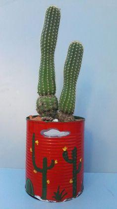 Lata reciclada pintada a mano para cactus y suculentas. Por Ricardo Stefani. Cactus Y Suculentas, Garden Projects, Flower Decorations, Cactus Plants, Planter Pots, Recycling, Flowers, Stone Crafts, Metals
