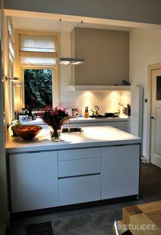 open keuken in herenhuis na STIJLIDEE Interieuradvies en Styling via www. Home Decor Kitchen, Interior Design Kitchen, New Kitchen, Kitchen Dining, Kitchen Designs, Kitchen Ideas, Bulthaup B1, Kitchen Soffit, Kitchen Walls